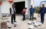 農村60歲老哥領著媳婦走街串巷做一種生意,如今花30萬城裡買樓房