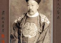 1914年,川島芳子的生父和日本乾爹合影,兩人都穿清朝官服