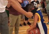 小朋友穿庫裡球衣參加坎特籃球訓練營,卻被坎特強行套上一件T恤,坎特為啥這樣做?