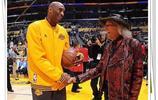 他是洛杉磯湖人頭號球迷,也是NBA球迷中最傳奇的一位!