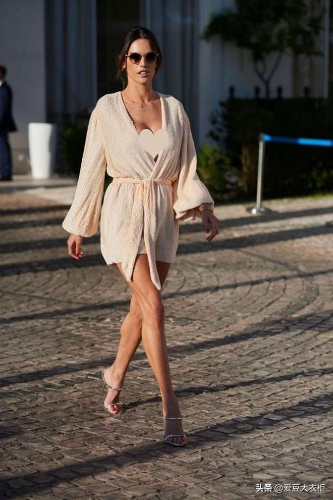 大表姐深V雪紡裙美美噠,珍娜·迪萬印花裙優雅範|歐美明星街拍