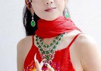 60歲楊麗萍太美了,帶傷完美演繹《孔雀之冬》,謝幕時卻需要攙扶