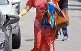 詹妮弗·加納帶孩子們參加禮拜活動 碎花長裙顯嫵媚氣質
