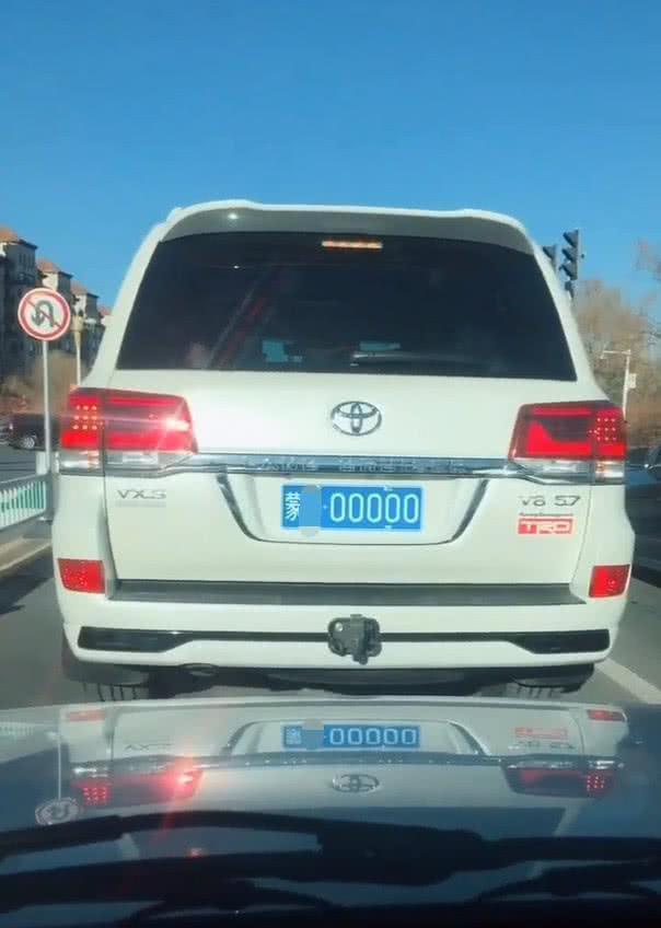 偶遇一輛蘭德酷路澤,車牌5個0值250萬,車尾一標識更是霸氣