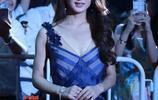 趙麗穎出席活動,身著條紋長裙優雅出鏡,人群中的她非常閃亮