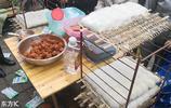 成都街頭男子擺攤售賣豆腐乳 生意爆好吸引不少市民觀看
