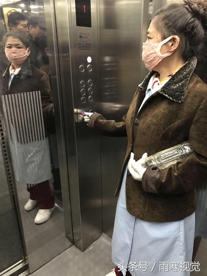 陰冷受不了,服務不停止,醫院電梯服務員抱著熱水瓶取暖