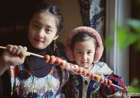 黃磊晒兩女兒萌照,多多和多妹手裡拿著冰糖葫蘆,年味十足