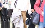 """俞飛鴻的""""奶白襯衣""""火了,搭配闊腿褲知性又溫柔,網友:真美"""
