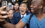 韓總統候選人安熙正大選造勢 街頭與外國人搞笑自拍