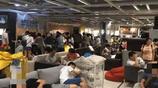 中國人集體在宜家睡覺這件事,外媒體稱為中國人的主題樂園