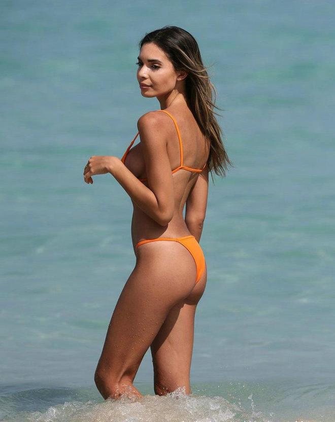超模Jasmine海邊度假享受悠閒時光,蹦蹦跳跳活力十足