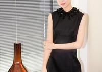 董潔美起來不低調,穿小黑裙俏皮又優雅,38歲也能少女感十足