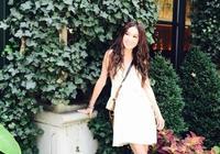 53歲溫碧霞旅行照年輕到誇張!白色連衣裙超減齡,看起來不過32歲