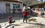 實拍:窮困村的農忙時節,10歲小女孩就得去田地種麥子,令人感慨