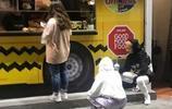 吳卓林帶著妻子攬活,蹲在街上的倆人顯心酸,店長只送飲料未現身