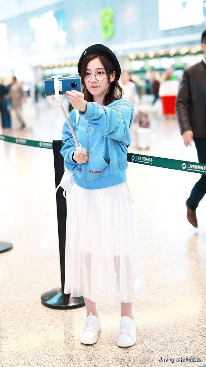 馮提莫甜美造型現身機場,對鏡嘟嘴比心呆萌可愛