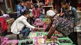 農村小妹集市上擺攤賣生活日用品,日賺千元的祕訣你知道嗎