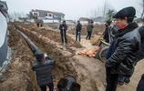 這個貧困村很偏僻但很熱鬧,挖溝鋪水管、整修道路,面貌悄然在變