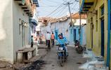 印度鄉村實拍:老人們都光著腳不穿鞋,四五歲小女孩用壓水井打水