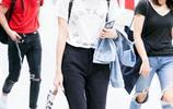 王鷗現身機場,穿白T恤搭配黑色長褲,鴨舌帽顯白又襯臉小!