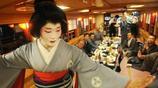 他是日本的最後一位男藝伎,技術精湛,已經完全分辨不出男女