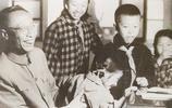 溥儀與家族成員合影,圖11為其生前最後一張合影