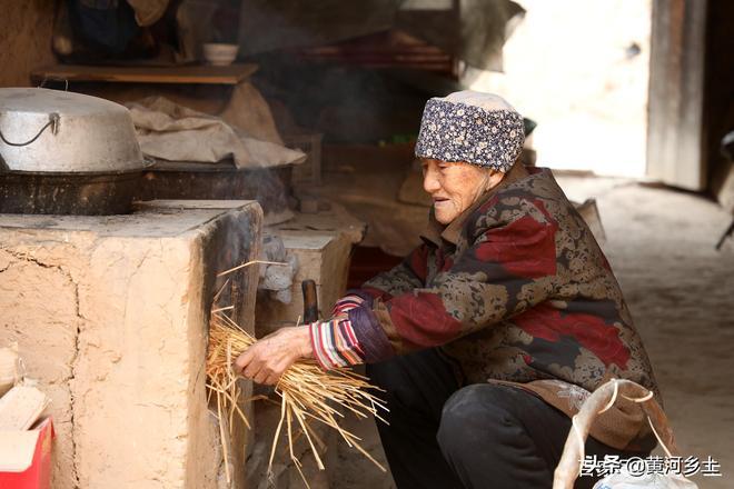 """86歲老夫妻""""嫌棄""""城裡兒女,躲到地坑院裡享清淨,看生活成啥樣"""