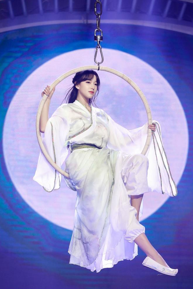 明星圖集  程瀟《天天向上》首秀吊環舞 古裝仍難隱好身體