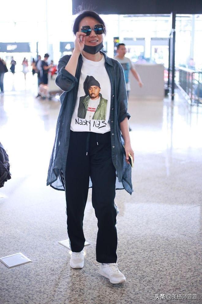 越來越美!48歲閆妮穿潮裝素顏亮相,露燦笑幫粉絲簽名親和力滿分