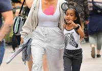 金卡戴珊帶5歲女兒出街,穿白褲身材變五五分!女兒潮範兒不輸媽