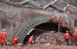 鄭萬鐵路巫山段巫山隧道進入隧洞掘進作業