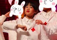 陸毅與鮑蕾觀看兩女兒演出,小葉子呆萌貝兒的腮紅太搶鏡了
