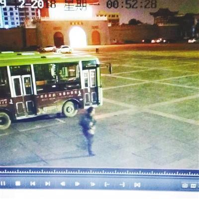 公交車投幣箱深夜被撬 民警蹲守數夜 抓獲嫌疑人