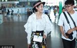 唐藝昕黑白碎花裙現身機場洋氣十足 獲助理陪同一路熱聊笑出牙齦