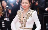 第72屆戛納紅毯上,41歲劉濤身穿白色深V禮服驚豔現身,優雅大方