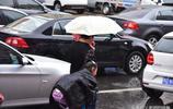 父愛如山,爸爸就是你的傘你的天,看這位帶著金鍊子的年輕爸爸,大雨中送兩個女兒上學的過程,感天動地