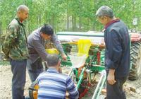 高青農民發明秸稈清理器