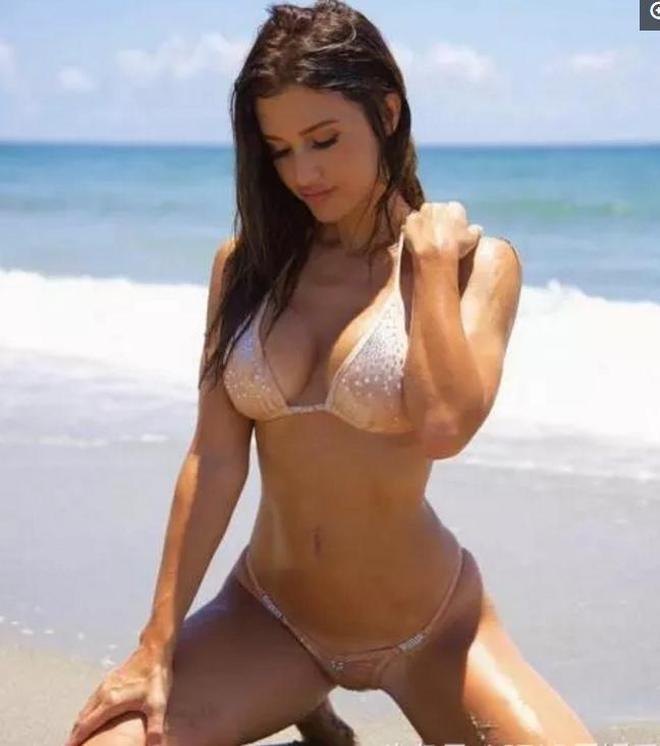 歐美女星海邊拍攝廣告封面,她的拍攝不程式化,不走尋常路