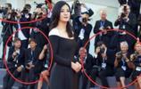 看外國人是怎樣對待中國明星的,網友:好尷尬