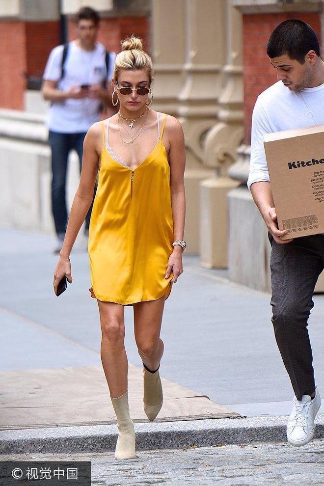 比伯舊愛海莉·鮑德溫吊帶裙清涼出街 胸大腿細身材妖嬈性感