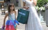 珍娜·迪萬一襲清新長裙現身街頭,女兒著彩虹裝盡顯活潑可愛