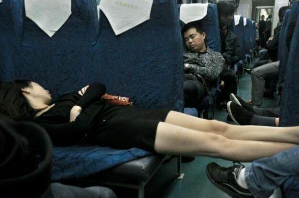 坐火車遇到的各種尷尬畫面,妹子穿成這樣還敢坐火車?