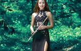 人像:野外的吹笛少女