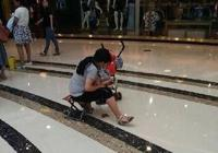 小孩將大便拉在商場地上,母親立即用手抓走,有人說沒教養,噁心死了,你怎麼看?