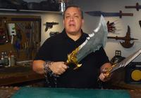 大佬打造現實版奎爺招牌武器!混沌之刃和利維坦之斧你會選哪個?