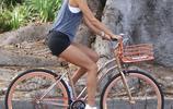 大長腿超模:亞歷桑德拉·安布羅休和兒子在洛杉磯騎單車