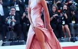 """威尼斯電影節開幕,看看今年紅毯上女星的爭""""裙""""鬥豔"""
