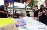 陝西小夥拒30萬年薪,回鄉賣炒飯陪母親,日賣200份掙上千元