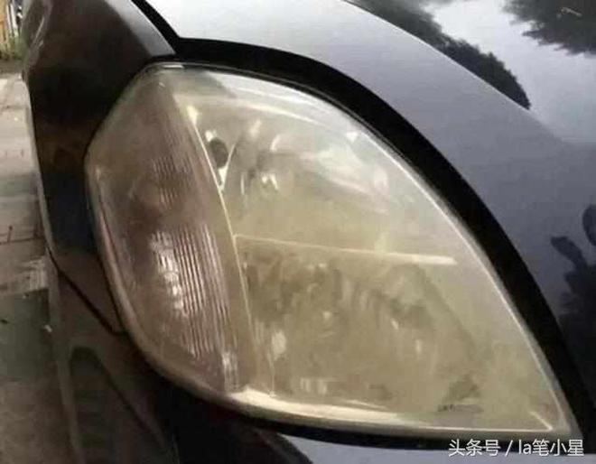 汽車大燈發黃模糊先別換,洗車師傅教你一招,大燈比新燈還亮